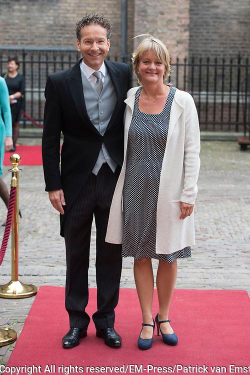 Prinsjesdag - Aankomst politici bij de Ridderzaal. Zoals ieder jaar ging Prinsjesdag ook dit keer weer gepaard met hoedjes in allerlei soorten en maten.<br /> <br /> Op de foto / On the photo: <br />  Jeroen Dijsselbloem en partner