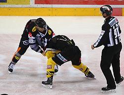 21.10.2016, Albert Schultz Halle, Wien, AUT, EBEL, UPC Vienna Capitals vs Dornbirner Eishockey Club, 12. Runde, im Bild Matt Siddall (Dornbirner Eishockey Club), Jerry Pollastrone (UPC Vienna Capitals) und ein Referee // during the Erste Bank Icehockey League 12th Round match between UPC Vienna Capitals and Dornbirner Eishockey Club at the Albert Schultz Ice Arena, Vienna, Austria on 2016/10/21. EXPA Pictures © 2016, PhotoCredit: EXPA/ Thomas Haumer