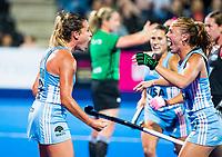 Londen - Delfina Merino (Arg) heeft de stand op 2-0 gebracht   tijdens de cross over wedstrijd Argentinie-Nieuw Zeeland (2-0)  bij het WK Hockey 2018 in Londen .  rechts Agustina Habif (Arg) .COPYRIGHT KOEN SUYK