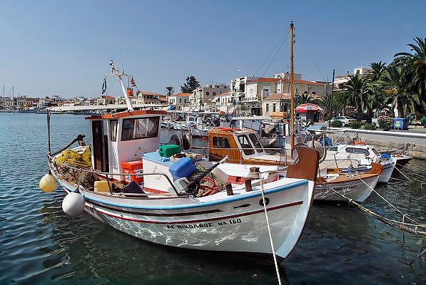 Griekenland,Aegina, 5-7-2008Een traditionele vissersboot ligt in de haven van het eiland Aegina.Pittoresk.A traditional fishingboat in the harbour of the island of Aegina.Foto: Flip Franssen