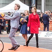 NLD/Amersfoort/20190427 - Koningsdag Amersfoort 2019, Prins Pieter-Christiaan aan het basketballen met Ariane en Alexia