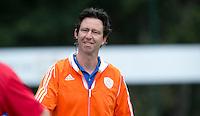 EINDHOVEN - Bondscoach Raoul Ehren zaterdag bij de oefenwedstrijd tussen het Nederlands team van Jong Oranje Dames en dat van de Vernigde Staten. Volgende week gaat het WK-21 in Duitsland van start. FOTO KOEN SUYK