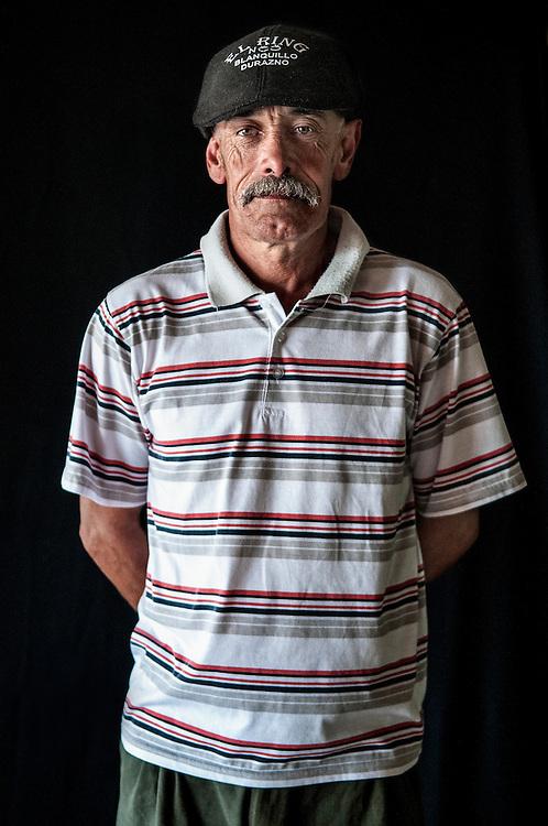 Javier Calvelo/ URUGUAY/ MONTEVIDEO/ FOTOGRAFIA/ Expoprado - Exposicion Rural del Prado de Montevideo/ Proyecto documental sobre la identidad, lo nacional, lo Uruguayo. Se trata de retratos simples mirando a camara y con un fondo neutro. Les pregunto a los fotografiados como quieren ser recordados en el futuro y de que localidad del Uruguay son.<br /> El titulo esta basado en la obra de Raymond Firth, Tipos Humanos. (Raymond William Firth, ( 1901-2002) fue un etn&oacute;logo neozeland&eacute;s profesor de Antropolog&iacute;a en la London School of Economics, es uno de los fundadores de la antropolog&iacute;a econ&oacute;mica brit&aacute;nica). <br /> En la foto:  Tipos Humanos en Expoprado, Julio Fraga, Durazno. Foto: Javier Calvelo <br /> 2013-09-09 dia lunes