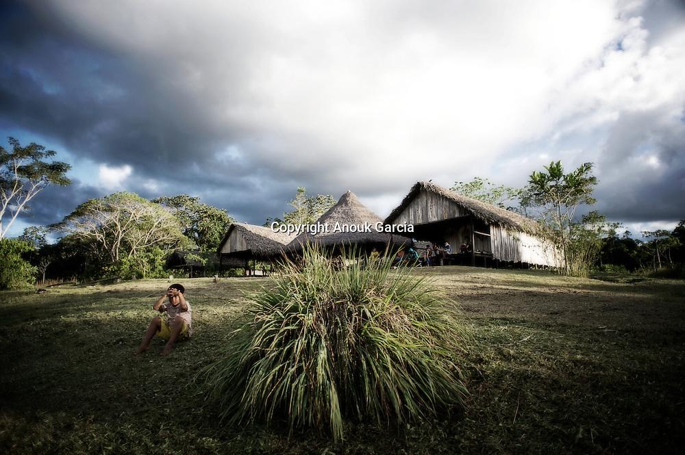 Retour sur la terre sacrée des anciens yawanwas avec la construction de verre maison communautaire.