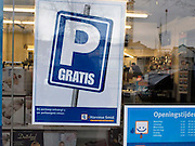 Nederland, Nijmegen, 8-2-2012Winkelier biedt gratis parkeren in ruil voor een aankoop in zijn winkel. Er zijn nieuwe parkeermeters in het centrum van de stad. Zij zorgen voor veel ergernis en frustratie vanwege de ingewikkelde bediening met touch screen en kentekeninvoer.Foto: Flip Franssen/Hollandse Hoogte