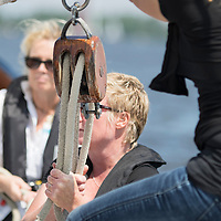 Bemanning van het vrouwenskûtsje Oant Moarn met schipper Alisa Stekelenburg