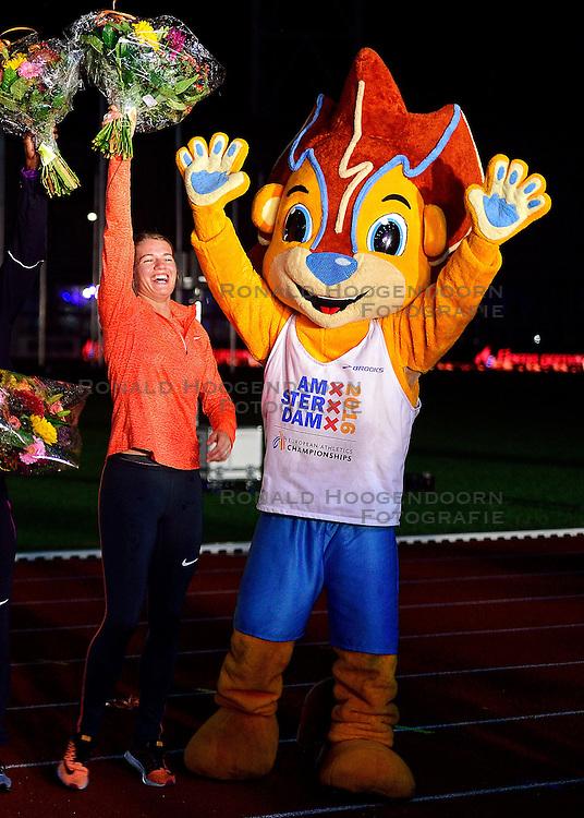 05-09-2015 NED: Flame Games 2015, Amsterdam<br /> De sfeervolle derde editie van het unieke atletiekevenement trok duizenden sportliefhebbers naar het Olympisch Stadion / Dafne Schippers, mascotte Adam