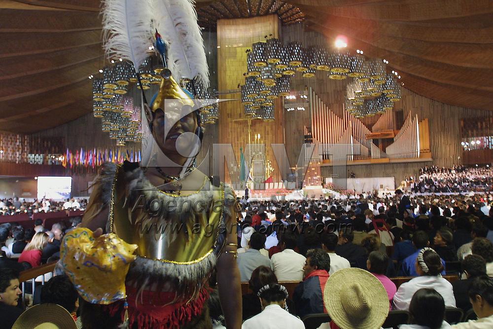 Mexico: Indigenas del interior del país reciben a Juan Pablo II durante la misa de canonizacion del beato Juan Diego en la Basilica de Guadalupe de esta ciudad el 31 de Julio de 2002. Agencia MVT / Mario Vazquez de la Torre.