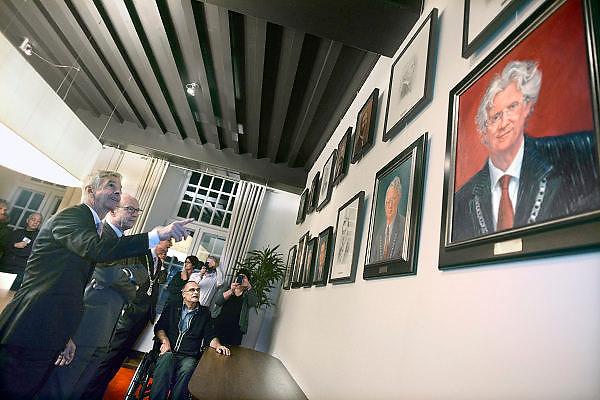 Nederland, Wijchen, 2-12-2013In Kasteel Wijchen hangt sinds maandag een serie van 14 portretten van alle oud-burgemeesters van Wijchen sinds 1814. Ze zijn getekend en geschilderd door de plaatselijke kunstenaar Frans van den Heuvel, de man in de rolstoel. Minister Ronald Plasterk van Binnenlandse Zaken onthulde de eregalerij na een werkbezoek aan Balgoij en Wijchen.Foto: Flip Franssen/Hollandse Hoogte