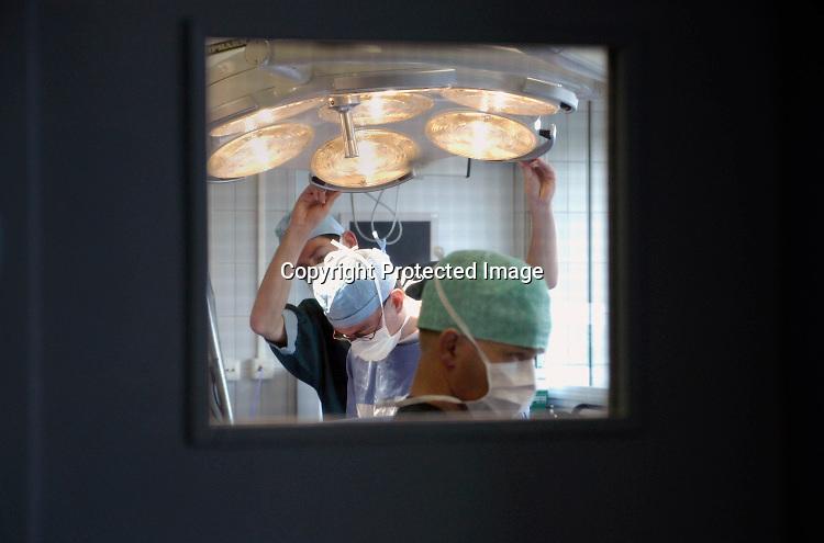Nederland, Heerlen, 2-7-2014Operatie in operatiekamer, ok, o.k. in Atrium ziekenhuis Heerlen. gezondheidszorg, ok verpleegkundigen,  assistenten, chirurgie, kosten, wachtlijsten, instrumenten, Medisch specialist, ziekte, transplantatie, donor, anesthesieFoto: Flip Franssen