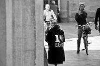 Lecce - Via Vittorio Emanuele II - Negozi di souvenir espongono magliette che pubblicizzano Lecce.