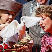 NLD/Weert/20110430 - Koninginnedag 2011 in Weert, Beatrix en zus Margriet laten een duif los