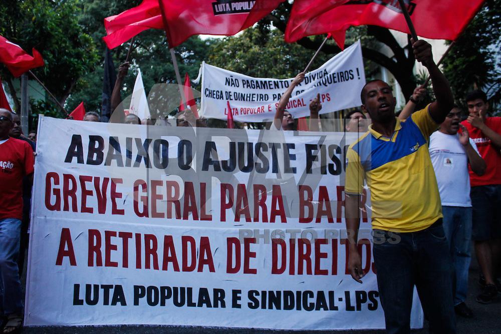 BELO HORIZONTE,MG, 16.12.2015 - PROTESTO-MG - Ato contra o impeachment da presidente Dilma Rousseff se concentra na Avenida João Pinheiro, na região central da cidade de Belo Horizonte, nesta quarta-feira, (16). (Foto: Douglas Patrício/Brazil Photo Press)