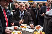 Darmstadt | Deutschland | 09.03.2017: Der designierte Kanzlerkandidat der SPD Martin besucht Darmstadt und unterst&uuml;tzt den dortigen SPD OB-Kandidaten Michael Siebel im Wahlkampf. <br /> <br /> hier: Martin Schulz st&auml;rkt sich mit Currywurst und Pommes Frites. links Michael Siebel<br /> <br /> Sascha Rheker<br /> 20170309<br /> <br /> [Inhaltsveraendernde Manipulation des Fotos nur nach ausdruecklicher Genehmigung des Fotografen. Vereinbarungen ueber Abtretung von Persoenlichkeitsrechten/Model Release der abgebildeten Person/Personen liegt/liegen nicht vor.]