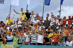 27-08-2006: VOLLEYBAL: NESTEA EUROPEAN CHAMPIONSHIP BEACHVOLLEYBALL: SCHEVENINGEN<br /> Veel publiek bij de finals EK Beach - toeschouwers support<br /> ©2006-WWW.FOTOHOOGENDOORN.NL