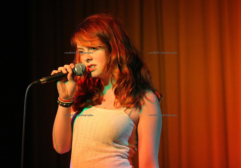 Lola Wittstamm singt bei der Lachparade 2008 im niedersächsischen Waddeweitz.
