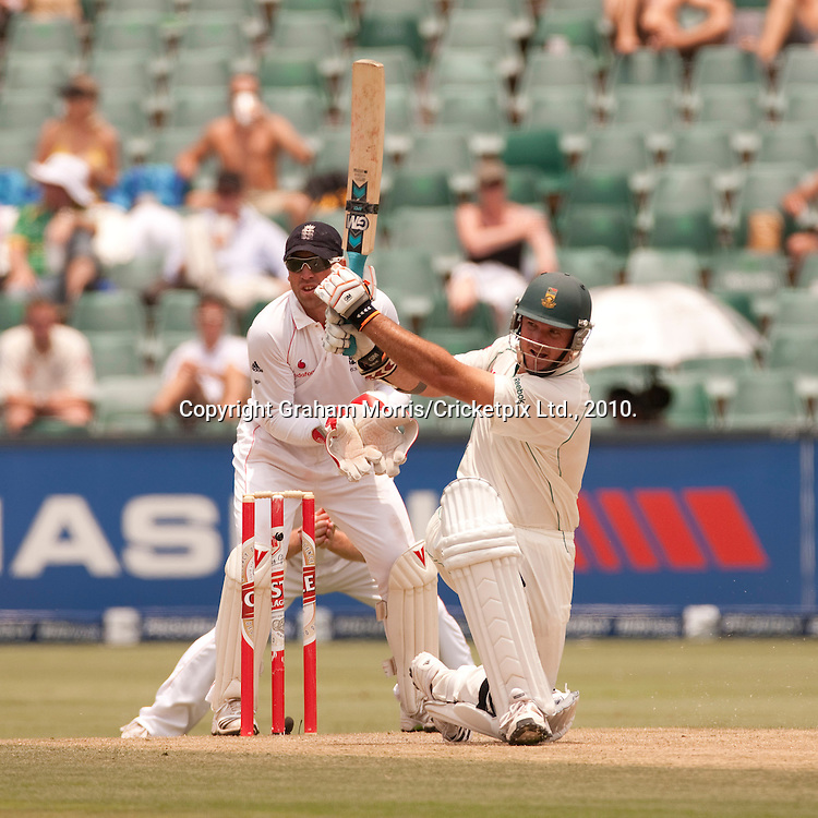 Graeme Smith sweeps Graeme Swann during the fourth and final Test Match between South Africa and England at the Wanderers Stadium, Johannesburg. Photograph © Graham Morris/cricketpix.com (Tel: +44 (0)20 8969 4192; Email: sales@cricketpix.com)
