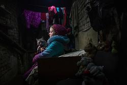 Ukraina<br /> <br /> Vika 9 år, bor i byn Spartak utanför Donetsk. Hon bor tillsammans med sin mormor i ett skyddsrum. Området beskjuts dagligen av granat eld. Hennes mamma dog för 4 år sedan och pappan bor i en annan del av staden där det är för farligt för Vika att bo. Hennes katt heter Masyanja.<br /> <br /> Photo: Niclas Hammarström