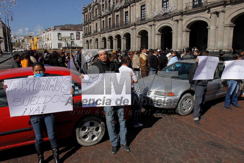 TOLUCA, México.- Un grupo de maestros provenientes de Chimalhuacán mantuvieron cerrada la avenida Lerdo, frente a palacio de Gobierno, exigiendo el pago de sueldos y prestaciones atrasadas, en la calle colocaron 5 automóviles particulares con lo que impedían el transito por esta vialidad. Agencia MVT / Crisanta Espinosa. (DIGITAL)