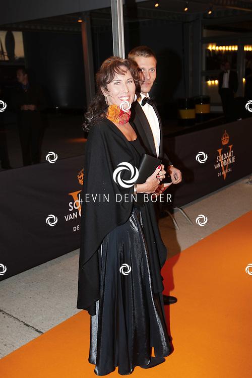 KATWIJK - Patricia Steur en partner zaterdag op de oranje loper van de galapremiere van Soldaat van Oranje - de Musical in de Theater Hangaar op de oude vliegbasis Valkenburg bij Katwijk. FOTO ANP LEVIN DEN BOER - FPLDBP