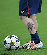 FUSSBALL  CHAMPIONS LEAGUE  HALBFINALE  HINSPIEL  2012/2013      FC Bayern Muenchen - FC Barcelona      23.04.2013 Die Wade von Lionel Messi (Barca) ziert ein Abbild der Haende von seinem Sohn Thiago