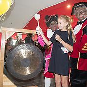 NLD/Utrecht/20161009 - Premiere De Club van Sinterklaas & Geblaf op de Pakjesboot , Vlinder Kamerling (dochter Isa Hoes) met Testpiet en Profpiet