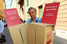 20130830 STEFANO BOTTONI CON LE SEDIE COL NOME DI LUCIO DALLA