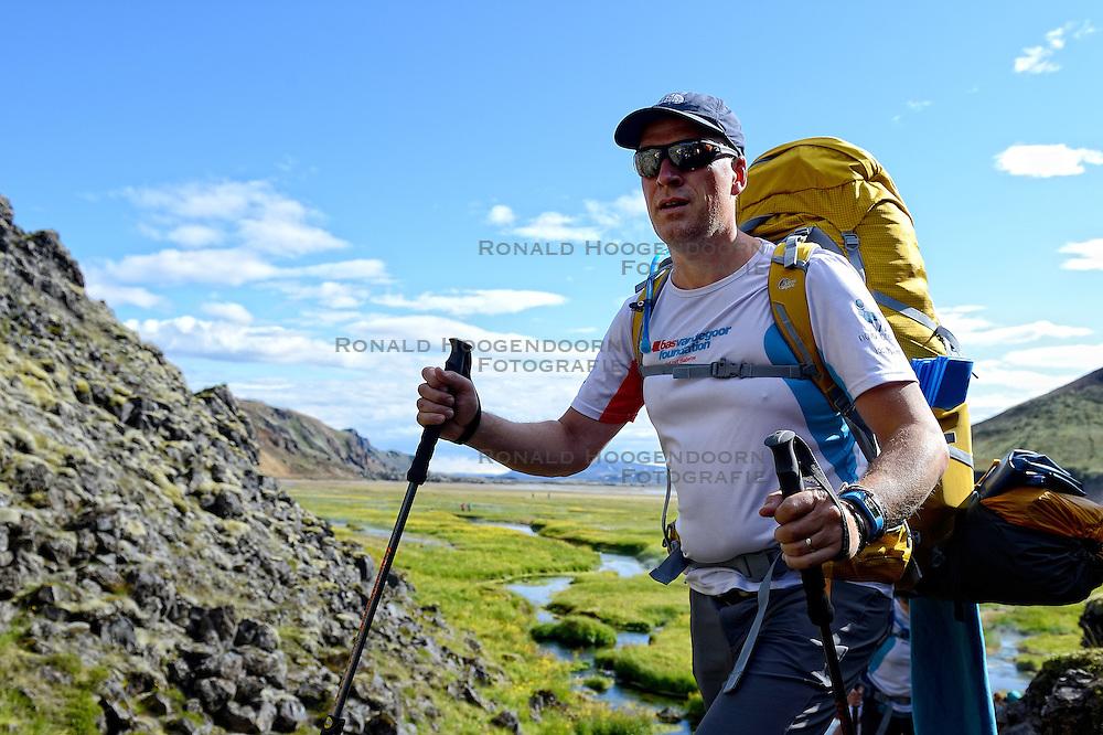 06-07-2014 NED: Iceland Diabetes Challenge dag 2, Landmannalaugar <br /> Trek van Landmannalaugar naar Hrafntinnusker. Een prachtige trekking door de hooggebergte van Landmannalaugar met veel kleuren, sneeuw, gletsjers en zwarte landschappen / Bas H.