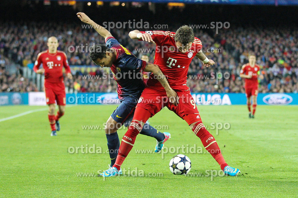 01.05.2013, Camp Nou, Barcelona, ESP, UEFA CL, FC Barcelona vs FC Bayern Muenchen, Halbfinale, Rueckspiel, im Bild Zweikampf zwischen links ADRIANO #21 (FC Barcelona) und Mario MANDZUKIC #9 (FC Bayern Muenchen), // during the UEFA Champions League 2nd Leg Semifinal Match between Barcelona FC and FC Bayern Munich at the Camp Nou, Barcelona, Spain on 2013/05/01. EXPA Pictures © 2013, PhotoCredit: EXPA/ Eibner/ Christian Kolbert..***** ATTENTION - OUT OF GER *****