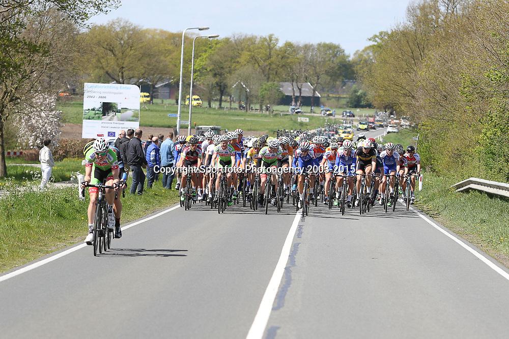 RIJSSEN (NED) wielrennen:  <br />De 63e ronde van Overijssel heeft als zwaarte punt de heuveltjes rond Ootmarsum en de Sallandse heuvelrug. Net als in de ronde van Vlaanderen kent men in Overijssel het dorp van de ronde. In 2015 is de eer aan Markelo. Onrust in het begin van de koers aanval naar aanval op kop van het peloton