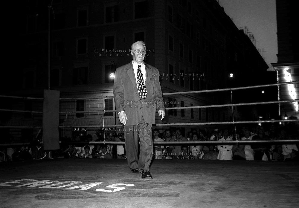 Roma Piazza S.Cosimato  Luglio 1997 .Festa de' Noantri  Torneo di Pugilato dilettanti.Tiberio Mitri  sale sul ring per ricevere il saluto del pubblico