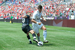 BALTIMORE, MD - Saturday, July 28, 2012: Liverpool's Joe Cole in action against Tottenham Hotspur's Gareth Bale during a pre-season friendly match at the M&T Bank Stadium. (Pic by David Rawcliffe/Propaganda)