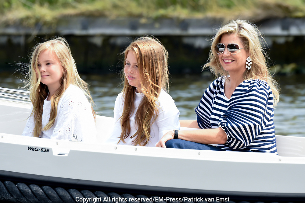 Het koninklijk gezin maakt een vaartocht over de Kagerplassen en poseert op de kade tijdens de jaarlijkse zomerfotosessie.<br /> <br /> The royal family makes a cruise on the Kagerplassen and pose on the quay during the annual summer photography session.<br /> <br /> Op de foto / On the photo:  Koningin Maxima met prinses Ariane en prinses Alexia <br /> <br /> Queen Maxima with Princess Ariane and Princess Alexia
