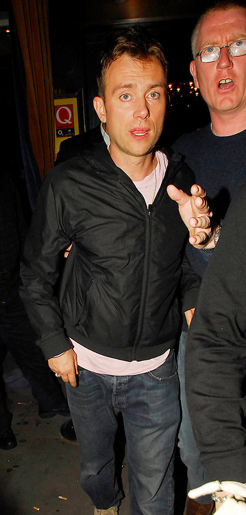 08.OCTOBER.2007. LONDON<br /> <br /> A DRUNK DAMON ALBARN LEAVING THE Q AWARDS AFTERPARTY AT THE MET BAR.<br /> <br /> BYLINE: EDBIMAGEARCHIVE.CO.UK<br /> <br /> *THIS IMAGE IS STRICTLY FOR UK NEWSPAPERS AND MAGAZINES ONLY*<br /> *FOR WORLD WIDE SALES AND WEB USE PLEASE CONTACT EDBIMAGEARCHIVE - 0208 954 5968*
