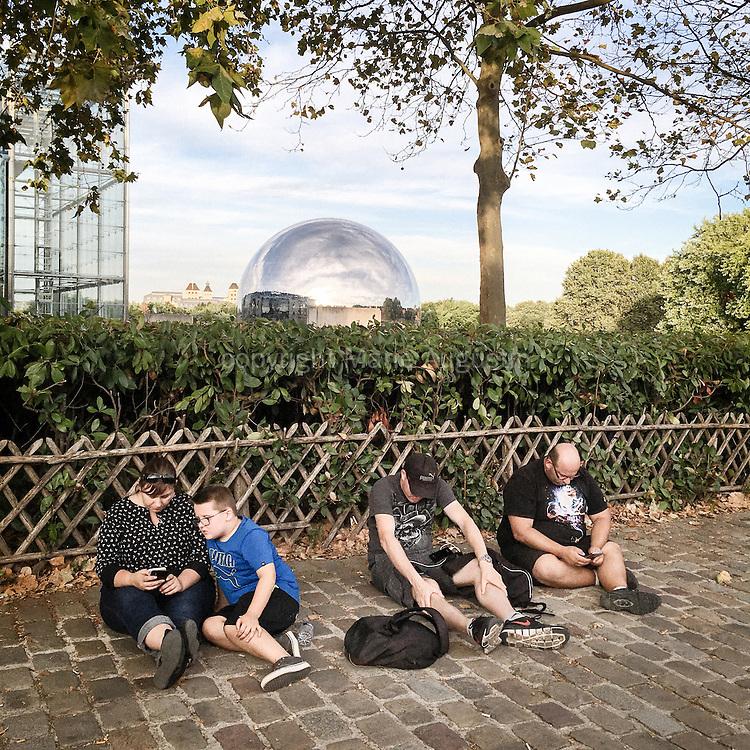 Chasse au Pokemon, début septembre - Parc de la Villette, 19e arr. de Paris. Cette famille est venue à Paris pour chasser les Pokemons, plus nombreux qu'à Soisson d'où ils viennent.