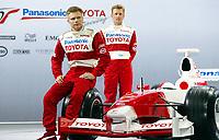 Motor: Formel 1 . Formel-1 . 17.12.2001 Köln, Deutschland,<br />Die Formel1 Fahrer Allan McNish und Mika Salo am Montag (17.12.2001) bei der Präsentation des Formel-1 Teams Toyota für die Saison 2002 in Köln.<br /><br />Foto: Digitalsport
