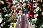 Duitsland, Kevelaer, 6-8-2005..Ter gelegenheid van Maria hemelvaart op 15 augustus komen sinds 1987 duizenden katholieke Tamils uit heel Europa naar Kevelaar om hun jaarlijkse bedevaart te doen. Mariaverering, pelgimstocht, bedevaartsplaats, katholicisme, vermenging Hindu, Hindoe met christendom...vanwege de drukte op 15 augustus is hun gevraagd de viering eerder te houden...Foto: Flip Franssen