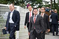 07 SEP 2008, WERDER/GERMANY:<br /> Peer Steinbrueck (L), SPD, Bundesfinanzminister, und Hubertus Heil (R), SPD Generalsekretaer, auf dem Weg zur Klausurtagung der SPD Parteispitze in deren Anschluss Steinmeier den Ruecktritt von K urt B eck und seinen Antritt als Kanzlerkandidat zur Bundestagswahl 2009 bekannt geben wird, Hotel Seaside Garden Schwielowsee<br /> IMAGE: 20080907-01-019