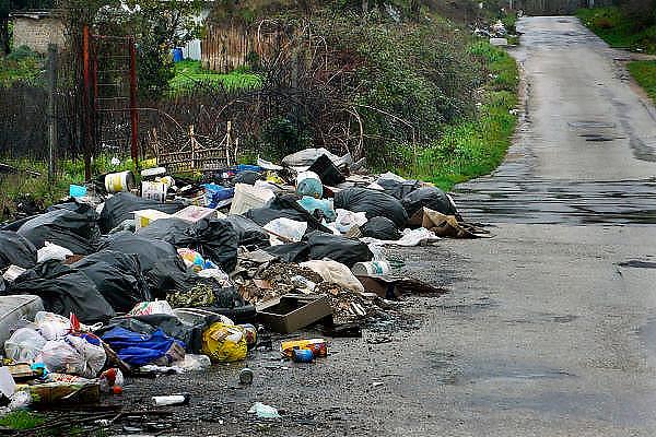 Italie, Caserta, 6-3-2008..Afvalbergen in de straten van Napels en omgeving. De stad weet met zijn afval geen raad meer en in het hele gebied liggen illegale hopen afval. Een nieuwe vuilverbrandingsoven is pas in 2009 bedrijfsklaar. Tot die tijd heeft de maffia, camorra grote invloed op de afvalverwerking van deze stad...Industrieel afval en huishoudelijk afval veroorzaken grote water en bodemvervuiling, terwijl de streek een belangrijk tuinbouwgebied is...Foto: Flip Franssen