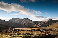 Girls hiking in Vondugil in Landmannalaugar. Warm afternoon light in Autumn. Stúlkur á göngu við Vondugil í Landmannalaugum. Fallegt kvöldbirta að hausti.