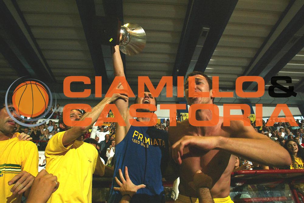 DESCRIZIONE : Porto San Giorgio Lega A2 2005-06 Play Off Finale Gara 4 Premiata Montegranaro Noi Sport Monte Terminillo Rieti <br />GIOCATORE : Maresca Devecchi Coppa Tifosi<br />SQUADRA : Premiata Montegranaro <br />EVENTO : Campionato Lega A2 2005-2006 Play Off Finale Gara 4 <br />GARA : Premiata Montegranaro Noi Sport Monte Terminillo Rieti <br />DATA : 04/06/2006 <br />CATEGORIA : Esultanza<br />SPORT : Pallacanestro <br />AUTORE : Agenzia Ciamillo-Castoria/M.March