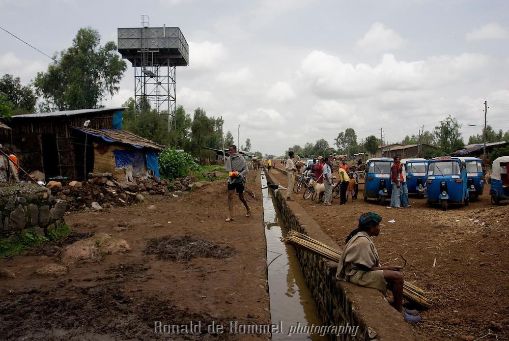 Pour faire face aux inondations de la saison des pluies, la municipalité de Bahar Dar a construit un système de canaux qui font office d'égout et qui se déversent dans le Nile. Sur la gauche, le réservoir qui alimente le quartier en eau potable. Bahar Dar.