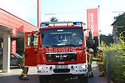 Mannheim. 12.06.17 | Freiwillige Feuerwehr übt <br /> Neckarau. Freiwillige Feuerwehr übt Rettungseinsatz in verwinkelten Gebäuden. Dazu hat das Lager Prime Selfstorage das Gebäude zur Verfügung gestellt. Übung der Freiwilligen Feierwehr <br /> <br /> <br /> BILD- ID 1063 |<br /> Bild: Markus Prosswitz 12JUN17 / masterpress (Bild ist honorarpflichtig - No Model Release!)
