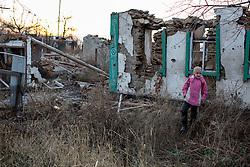 Ukraina<br /> Violetta 12, bor i byn Nikishino i republiken Donetsk. Hennes hus, by och skola har blivit sönderbombade av granater. De bodde hela tiden kvar i byn trots attackerna. Alla som kunde flydde men inte Violetta och hennes familj. Idag får hon gå i skola 15 km bort.<br /> Photo: Niclas Hammarström