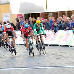 30-09-2016: Wielrennen: Olympia Tour: Zutphen<br /> ZUTPHEN (NED) wielrennen   <br /> Kristoffer Halvorsen heeft de vierde etappe van Olympia's Tour gewonnen. De Noor bleef in Zutphen nipt Fabio Jakobsen (SEG) en Jan Willem van Schip (Join S-De Rijke/Babydump) voor. Pavel Sivakov blijft leider. De etappe met start en finish in Hanzestad Zutphen werd opnieuw hard gekoerst, een groep van ruim zestig man sprintte uiteindelijk op de Markt om de dagzege. Halvorsen veroverde zijn tweede ritzege.