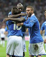 FUSSBALL  EUROPAMEISTERSCHAFT 2012   HALBFINALE Deutschland - Italien              28.06.2012 Antonio Cassano, Mario Balotelli und Daniele De Rossi (v.l., alle Italien) jubel nach dem 0:1