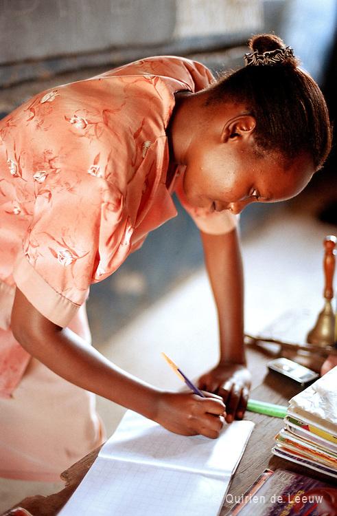 Een lerares aan het werk op de Ferry nurseryschool in Mombasa, Kenya.