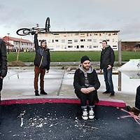 Nederland, Amsterdam , 8 januari 2013.<br /> Skaters die pleiten om een heus skatepark in Amsterdam die geheel ontbreekt staan bij hun eigen tijdelijk geimproviseerd parkje aan de Gevleweg in de Spaarndammerbuurt,<br /> vl.n.r. Sharmaarke Mire, Robert van Leeuwen, Sebastian van der Elsken, Koen de Groot en Stan Postmus <br /> Foto:Jean-Pierre Jans