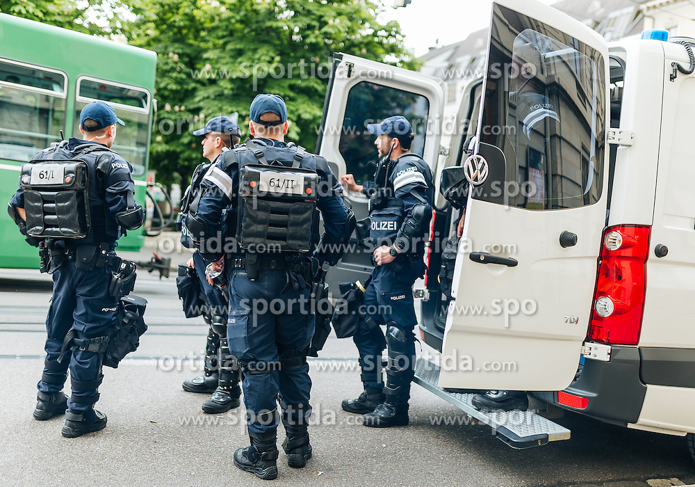 18.05.2016, Innenstadt, Basel, SUI, UEFA EL, FC Liverpool vs Sevilla FC, Finale, im Bild Polizei Aufgebot die Innenstadt // Police before the Final Match of the UEFA Europaleague between FC Liverpool and Sevilla FC at the Citycenter of Basel, Switzerland on 2016/05/18. EXPA Pictures © 2016, PhotoCredit: EXPA/ JFK