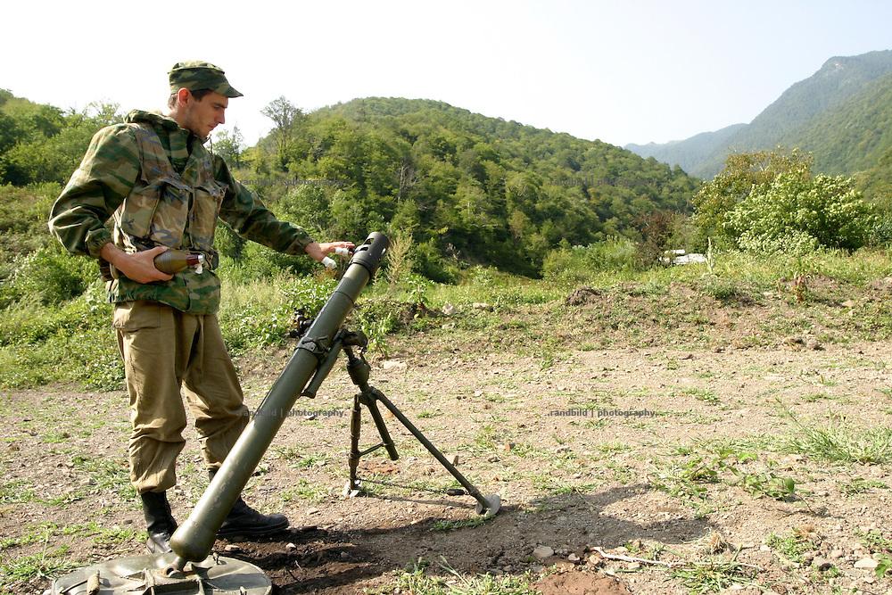 Georgien/Abchasien, Suchumi, 2006-08-28, Ein abchasischer Soldat an einem Mörser im umkämpften Kodorital. Abchasische Soldaten im zwischen Abchasen und Georgiern umkämpften Kodorital . Abchasien erklärte sich 1992 unabhängig von Georgien. Nach einem einjährigen blutigen Krieg zwischen den Abchasen und Georgiern besteht seit 1994 ein brüchiger Waffenstillstand, der von einer UNO-Beobachtermission unter personeller Beteiligung Deutschlands überwacht wird. Trotzdem gibt es, vor allem im Kodorital immer wieder bewaffnete Auseinandersetzungen zwischen den Armeen der Länder sowie irregulären Kämpfern. (An abkhazian soldier is handling a mortar in the Kodori gorge, where abkhazian and georgian fighting each other. Abkhazia declared itself independent from Georgia in 1992. After a bloody civil war a UNO mission observing the ceasefire line between Georgia and Abkhazia since 1994. Nevertheless nearly every day armed incidents take place in the Kodori gorge between the both armys and unregular fighters )